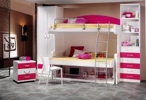 Dormitorios con camas y mesa de estudio modulables, armario y cajones.