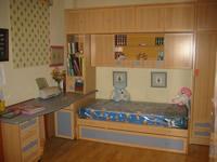 Dormitorio con camas nido, armario, mesa de estudio, estanterias.